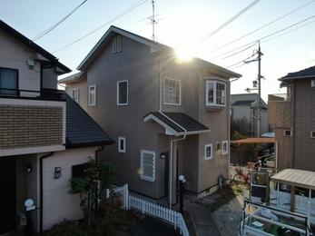 屋根・日本ペイント パーフェクトベスト、外壁・アステックペイント シリコンREVO1000を使用し施工させて頂きました。
